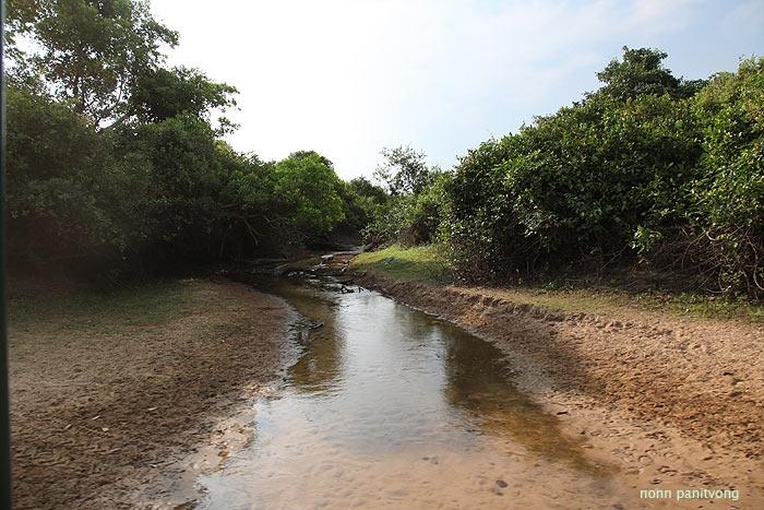 แม่น้ำอยู่หลังโรงแรม หน้าฝนท่วมท้นไม่ต้องพูดถึง ตอนที่ไปมีอยู่แค่นี้